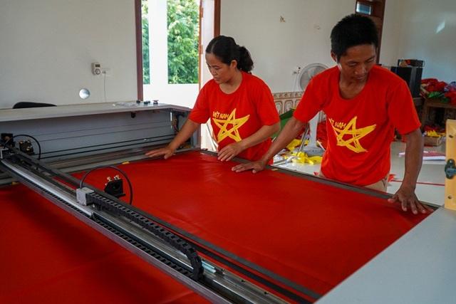 Để sản xuất số lượng lớn, có gia đình đầu tư cả máy cắt công nghiệp.