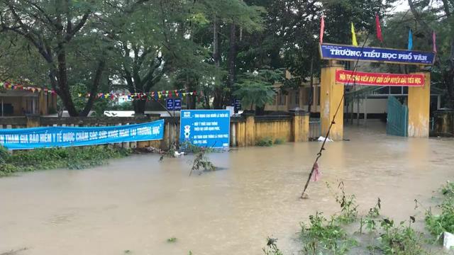 Trường TH Phổ Văn ngập sâu trong nước lũ.