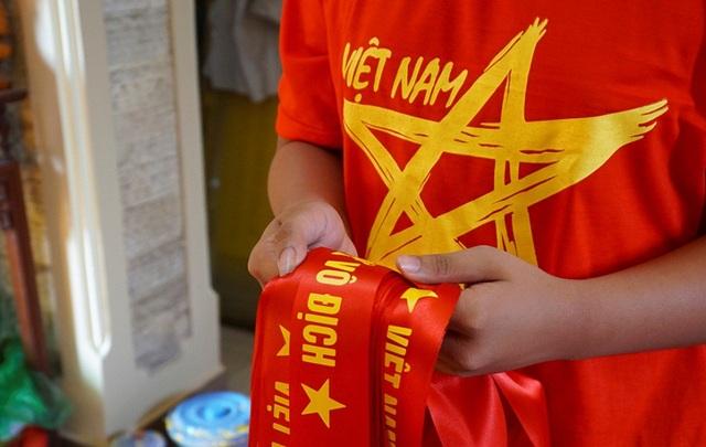 Những chiếc băng rôn với dòng chữ Việt Nam vô địch mới hoàn thành.