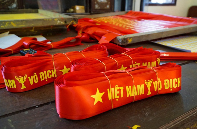 Mỗi bó được xếp 100 chiếc và giao đến tay những người buôn, chủ cửa hàng trước khi được bán đến tay người hâm mộ.