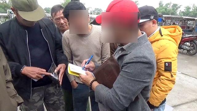 Một người ghi lại số điện thoại của những người thương binh đặt vé thành công, và có ý muốn mua lại.