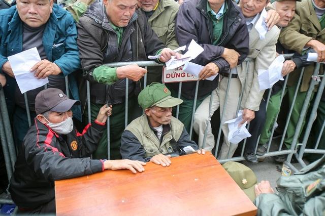 Người hâm mộ chen lấn xô đẩy để đăng ký mua vé theo diện đặc cách - 5