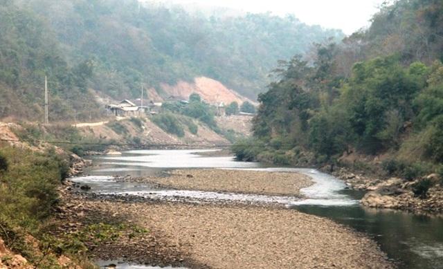 Dòng Nậm Mộ qua địa bàn huyện Kỳ Sơn có ít nhất 3 nhà máy thủy điện đã làm cho lòng sông ở đây trở nên khô hạn về mùa khô.
