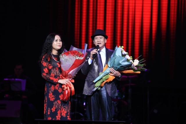 Nam danh ca được các đồng nghiệp và người hâm mộ tổ chức sinh nhật sớm trên sân khấu.