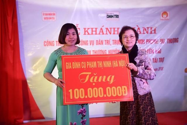 Bà Nguyễn Thị Hồng Hà, đại diện gia đình cụ bà Phạm Thị Ninh đã trao tặng 100 triệu đồng đến thầy cô giáo và các em học sinh nhân dịp khánh thành Nhà công vụ Dân trí