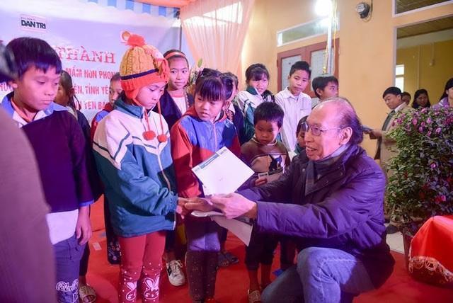 Nhà báo Phạm Huy Hoàn, Giám đốc Quỹ Khuyến học Việt Nam, Tổng Biên tập báo Dân trí trao học bổng đến các em học sinh