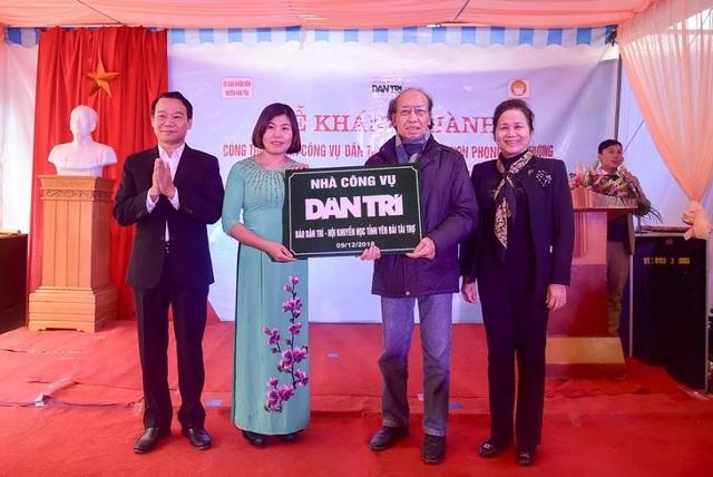 Nhà báo Phạm Huy Hoàn trao biển Nhà công vụ Dân trí để chính thức bàn giao công trình và đưa vào sử dụng