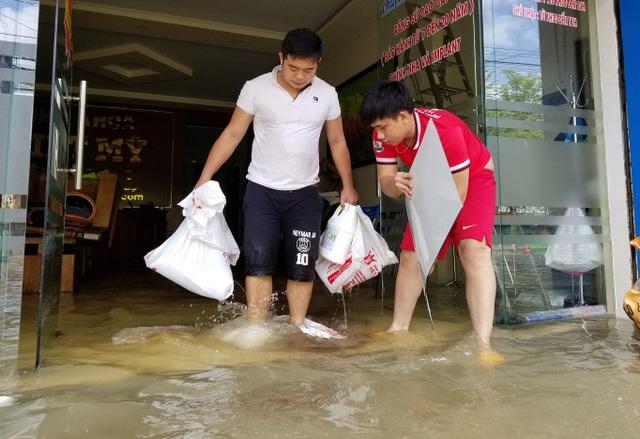 Người dân TP Tam Kỳ khẩn trương dọn dẹp nhà cửa sau lụt