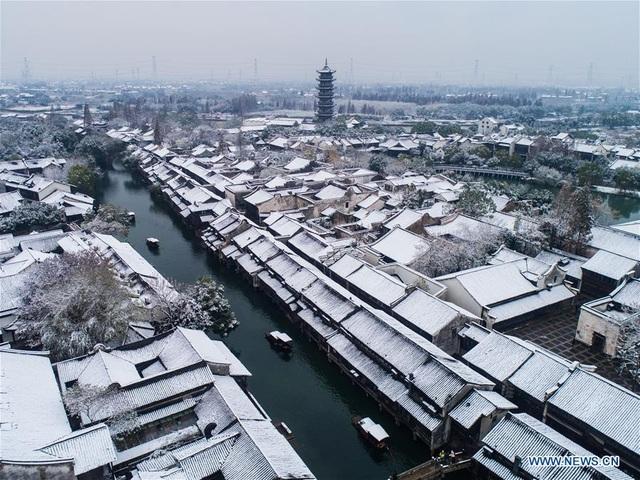 Tuyết đầu mùa phủ trắng trên những nếp nhà đã có tuổi đời hàng nghìn năm