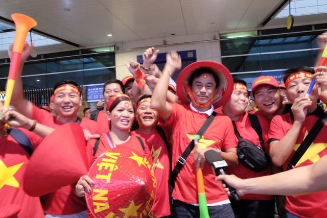 Tại sân bay Tân Sơn Nhất, từ sáng sớm không khí cũng vô cùng sôi nổi, nhộn nhịp với hàng trăm cổ động viên lên đường sang Malaysia.