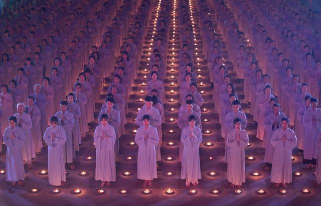 Tác phẩm Phật tử cầu nguyện lọt vào top 70 ảnh xuất sắc nhất trên tạp chí National Geographic.