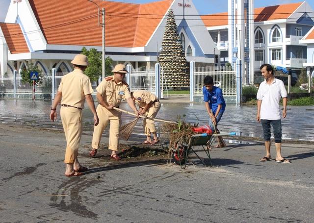 Lực lượng CSGT dọn dẹp vệ sinh trên tuyến quốc lộ 1