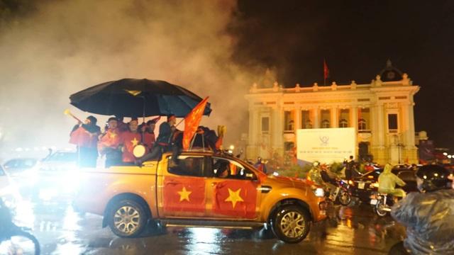 Người hâm mộ ào xuống đường trong mưa rét - 1