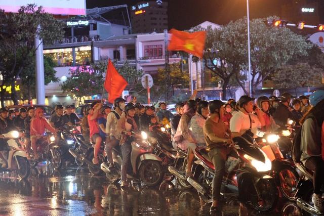 Người hâm mộ ào xuống đường trong mưa rét - 17