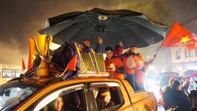 Người hâm mộ ào xuống đường trong mưa rét - 4