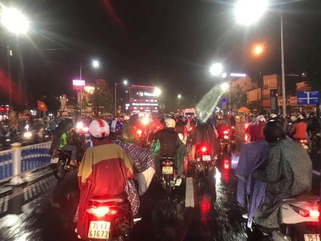 Người hâm mộ ào xuống đường trong mưa rét - 10