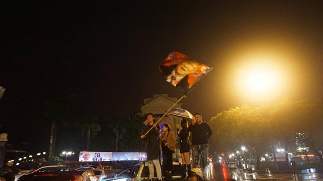 Người hâm mộ ào xuống đường trong mưa rét - 8