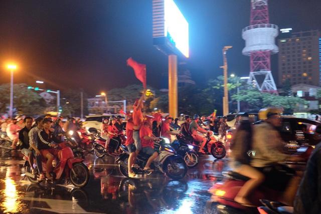 Người hâm mộ ào xuống đường trong mưa rét - 18