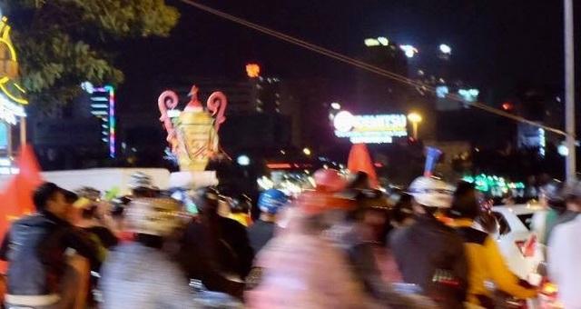 Người dân Đà Nẵng diễu trên phố với hình HLV Park Hang Seo và cup vàng