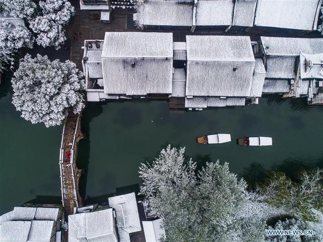 Màu của nước càng đối lập với màu trắng huyền ảo của tuyết, càng khiến vạn vật thêm mơ màng