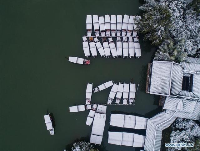 Vẻ đẹp của những nếp nhà, những con thuyền neo đậu bến sông nhìn từ trên cao