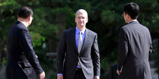 CEO Tim Cook và Apple đang đối mặt với lệnh cấm bán một loạt iPhone tại Trung Quốc.