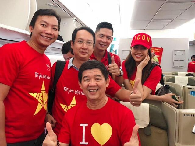 Trong chuyến đi còn có diễn viên Bình Minh, anh cũng là người  rất nhiệt tình với đội tuyển Việt Nam, những trận đấu quan trọng đội tuyển Việt Nam thi đấu ở nước ngoài nam diễn viên đều thu xếp thời gian tham gia.