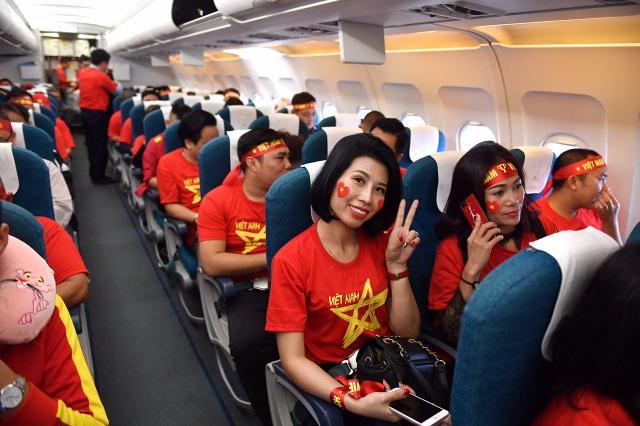 Dịp này, để phục vụ người hâm mộ sang tiếp lửa đội nhà, Vietnam Airlines đã tăng cường thêm nhiều chuyến bay đi và về trong ngày, từ Hà Nội, TP HCM, Đà Nẵng đến Kuala Lumpur (Malaysia). Nhiều đơn vị lữ hành cũng phối hợp với hãng hàng không xây dựng tour trọn gói trong ngày 11/12, nhằm giúp các cổ động viên hoàn toàn thoải mái tận hưởng không khí trận chung kết lượt đi.
