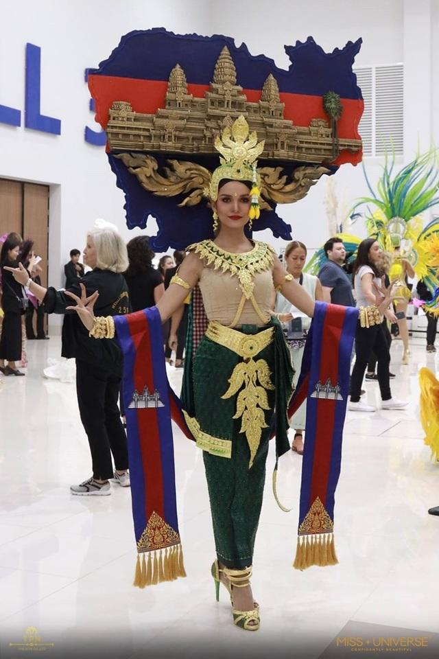 Đại diện Campuchia trình diễn trang phục mang hình bản đồ đất nước với quần thể Angkor Wat, di tích lịch sử nổi tiếng của nước này, kèm theo dải băng mang màu quốc kỳ.
