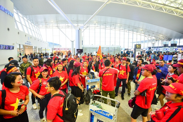 Sau chiến thắng tại trận bán kết ngày 6/12 vừa qua tại chảo lửa Mỹ Đình, đội tuyển Việt Nam đã giành tấm vé vào chung kết AFF sau 10 năm. Sáng nay 11/12 hàng trăm cổ động viên đã có mặt tại sân bay Nội Bài để di chuyển sang Malaysia tiếp lửa cho đội tuyển Việt Nam trong trận chung kết lượt đi AFF Cup 2018.