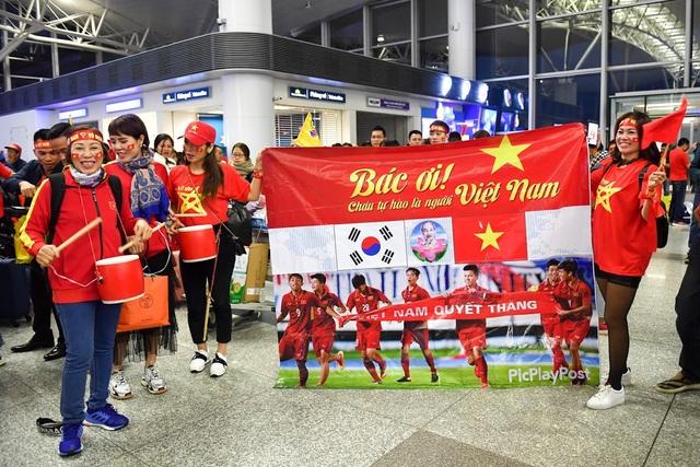 Băng rôn của cổ động viên chuẩn bị để cổ vũ cho đội tuyển Việt Nam trên sân Bukit Jalil Malaysia.