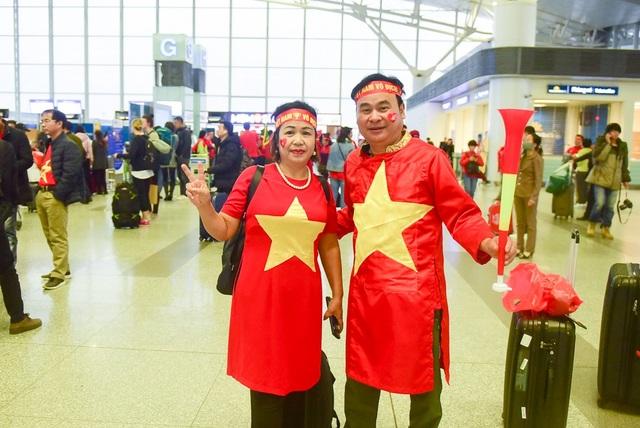 Vợ chồng ông Phạm Văn Thức (Hai Bà Trưng, Hà Nội) cho biết: Kể từ trận đầu tiên của giải AFF Cup 2018 tôi chưa bỏ qua trận đấu nào của đội tuyển Việt Nam. Nay tôi sang Malaysia cổ vũ cho đội tuyển nhà, tôi dự đoán Việt Nam thắng 1-0.