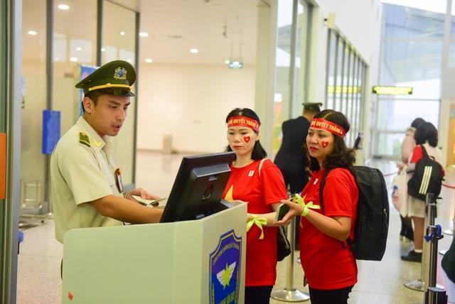 Cổ động viên làm thủ tục vào phòng chờ lên máy bay tới Malaysia.