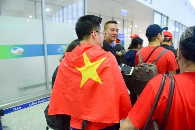 Nhiều cổ động viên khoác trên mình lá cờ đỏ sao vàng tự hào dân tộc.