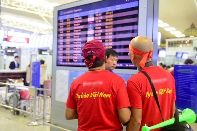 Nhiều người mặc áo cờ đỏ sao vàng có dòng chữ Tự hào Việt Nam.