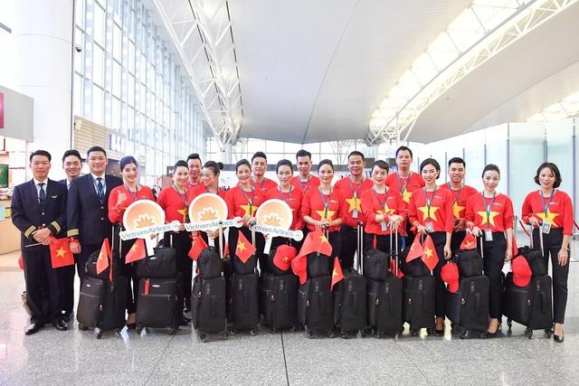 Đội tiếp viên hàng không và phi công mặc áo cờ đỏ sao vàng.