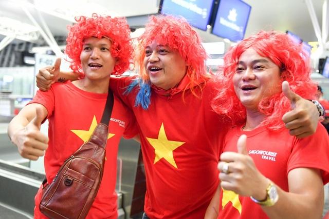 Không khí tại sân bay Nội Bài đã được các cổ động viên hâm nóng.