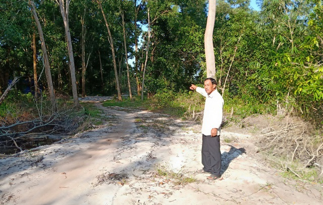 Mặc dù vụ việc tranh chấp đất giữa ông và bà Phượng tòa án huyện Phú Quốc đang thụ lí nhưng thời gian gần đây một nhóm người ngang nhiên chặt phá cây, mở tuyến đường đi xuống biển
