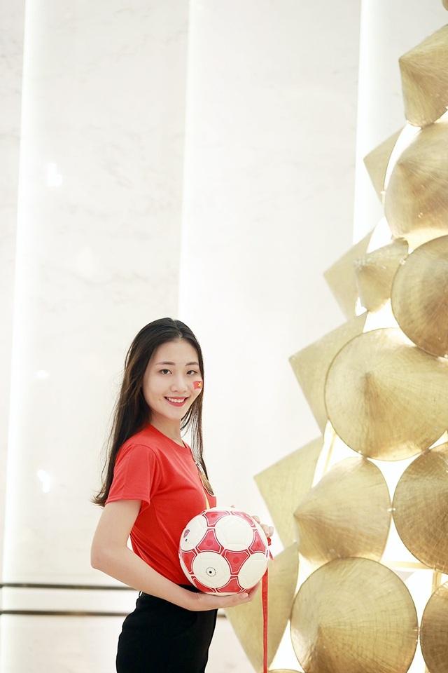 Hoà chung không khí khán giả cả nước hướng về trận chung kết AFF Cup 2018 tối 11/12 và 15/12 tới đây giữa đội tuyển Việt Nam với tuyển Malaysia, các thí sinh chung kết Hoa khôi sinh viên Việt Nam 2018 đã cùng thể hiện tinh thần ủng hộ, cổ vũ ấn tượng.