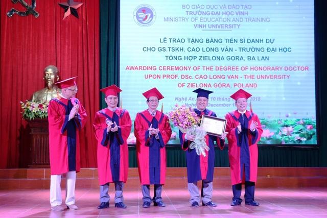 Đây cũng là lần đầu tiên Trường ĐH Vinh trao Bằng Tiến sĩ danh dự, một danh hiệu xứng đáng với những đóng góp của GS Cao Long Vân cho Trường ĐH Vinh trong nhiều năm qua.