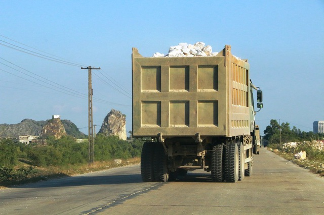 """Ninh Bình: Đoàn xe """"siêu tải"""" lao vun vút trên đường khiến người dân… khiếp sợ! - 8"""