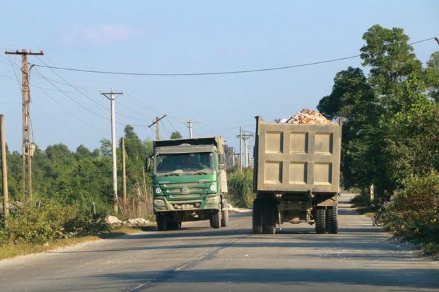 """Ninh Bình: Đoàn xe """"siêu tải"""" lao vun vút trên đường khiến người dân… khiếp sợ! - 3"""