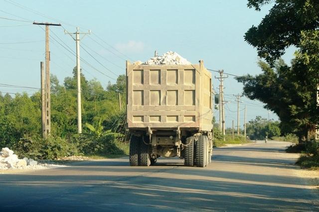"""Ninh Bình: Đoàn xe """"siêu tải"""" lao vun vút trên đường khiến người dân… khiếp sợ! - 13"""