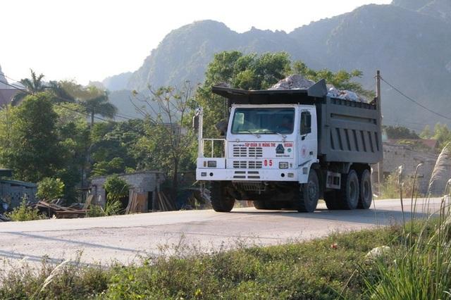Xe quá tải tung hoành khiến người dân xã Gia Thanh khiếp sợ mỗi khi ra đường.