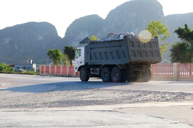"""Ninh Bình: Đoàn xe """"siêu tải"""" lao vun vút trên đường khiến người dân… khiếp sợ! - 9"""