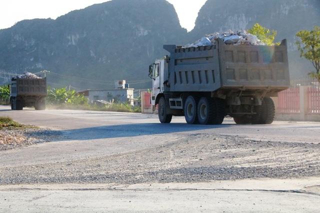 """Ninh Bình: Đoàn xe """"siêu tải"""" lao vun vút trên đường khiến người dân… khiếp sợ! - 11"""