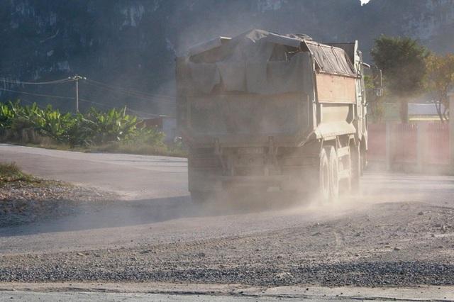 Xe tải chở đầy đất đá lao vun vút trên đường khiến đường bụi mù mịt