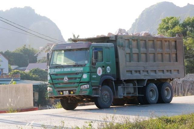 """Ninh Bình: Đoàn xe """"siêu tải"""" lao vun vút trên đường khiến người dân… khiếp sợ! - 4"""