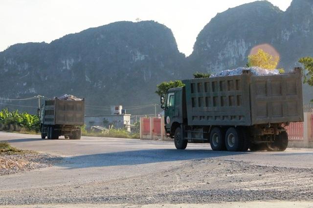 """Ninh Bình: Đoàn xe """"siêu tải"""" lao vun vút trên đường khiến người dân… khiếp sợ! - 6"""