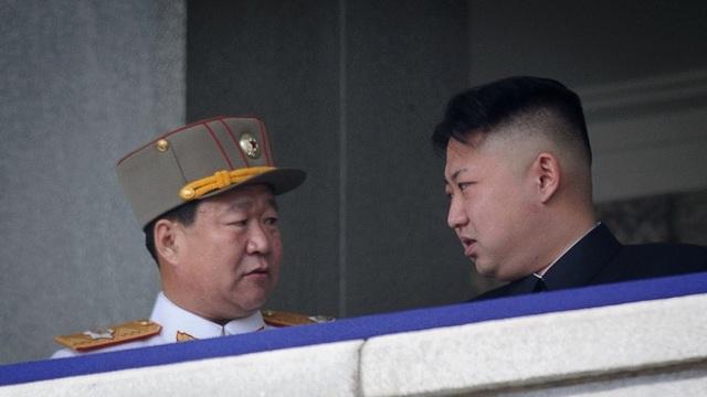 Nhà lãnh đạo Triều Tiên Kim Jong-un (phải) và người được cho là ông Choe Ryong-hae (Ảnh: AFP)